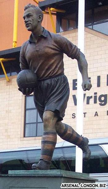 Памятник Райту возле стадиона Вулверхэмптона