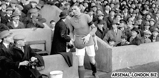 Чарли выводит Арсенал на поле в ранге капитана