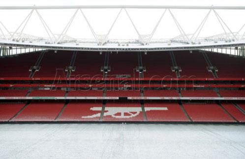 Вид на заснеженный стадион сбоку и сверху