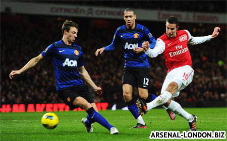 Ван Перси забивает гол Манчестер Юнайтед